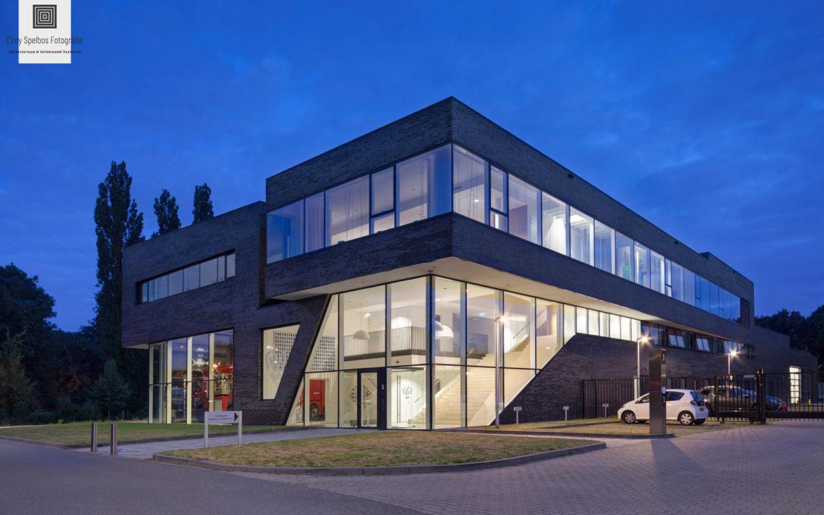 Een kantoorgebouw in de schemering, gefotografeerd door architectuurfotograaf Elroy Spelbos