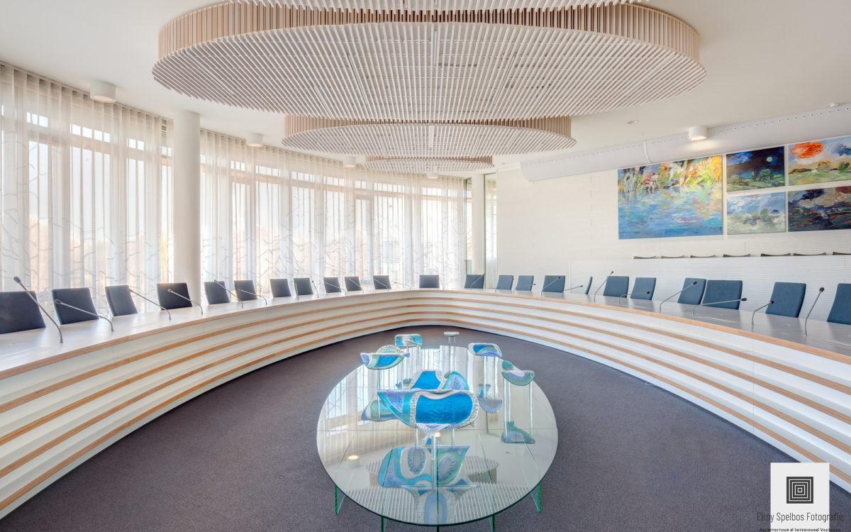 De Raadszaal van waterschap Rijn & IJssel, gefotografeerd door een architectuurfotograaf
