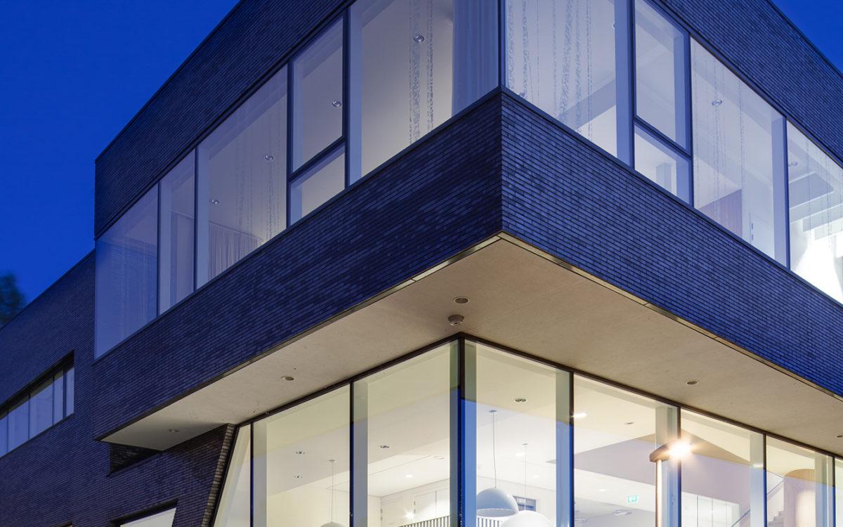 Kantoorpand in de schemering, gefotografeerd door een architectuurfotograaf