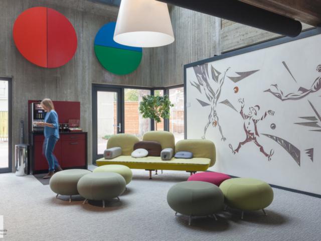 Relax ruimte in kantoor met persoon in beeld