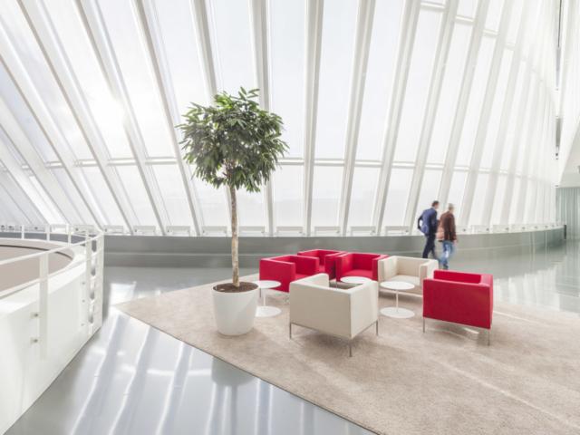 Lichte ruimte in groot kantoorgebouw