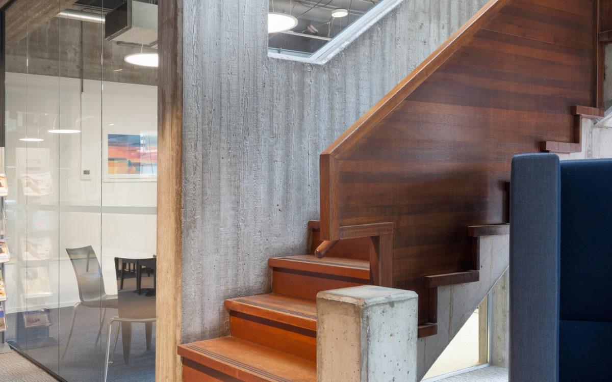 Een trap van beton in een modern kantoorpand