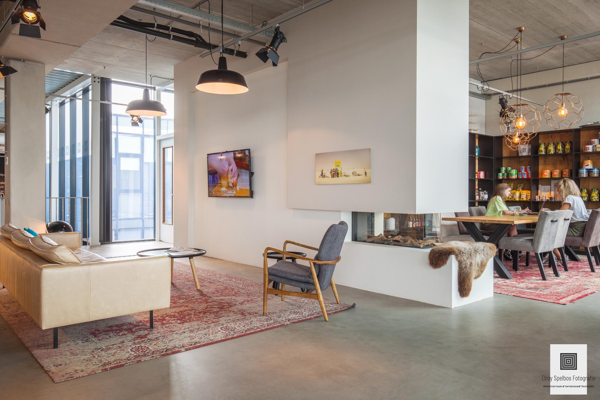 Zithoek in het kantoorpand van Branddeli Amsterdam, foto is gemaakt door architectuurfotograaf Elroy Spelbos
