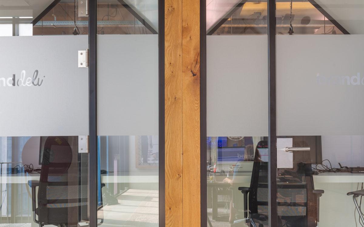 Geluidsdichte telefoonhokjes in een kantoorpand. Gemaakt door architectuurfotograaf Elroy Spelbos