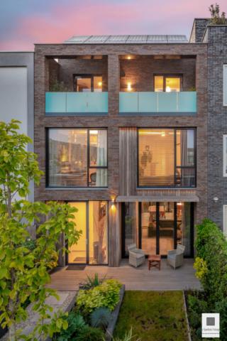 Moderne woning tijdens zonsondergang