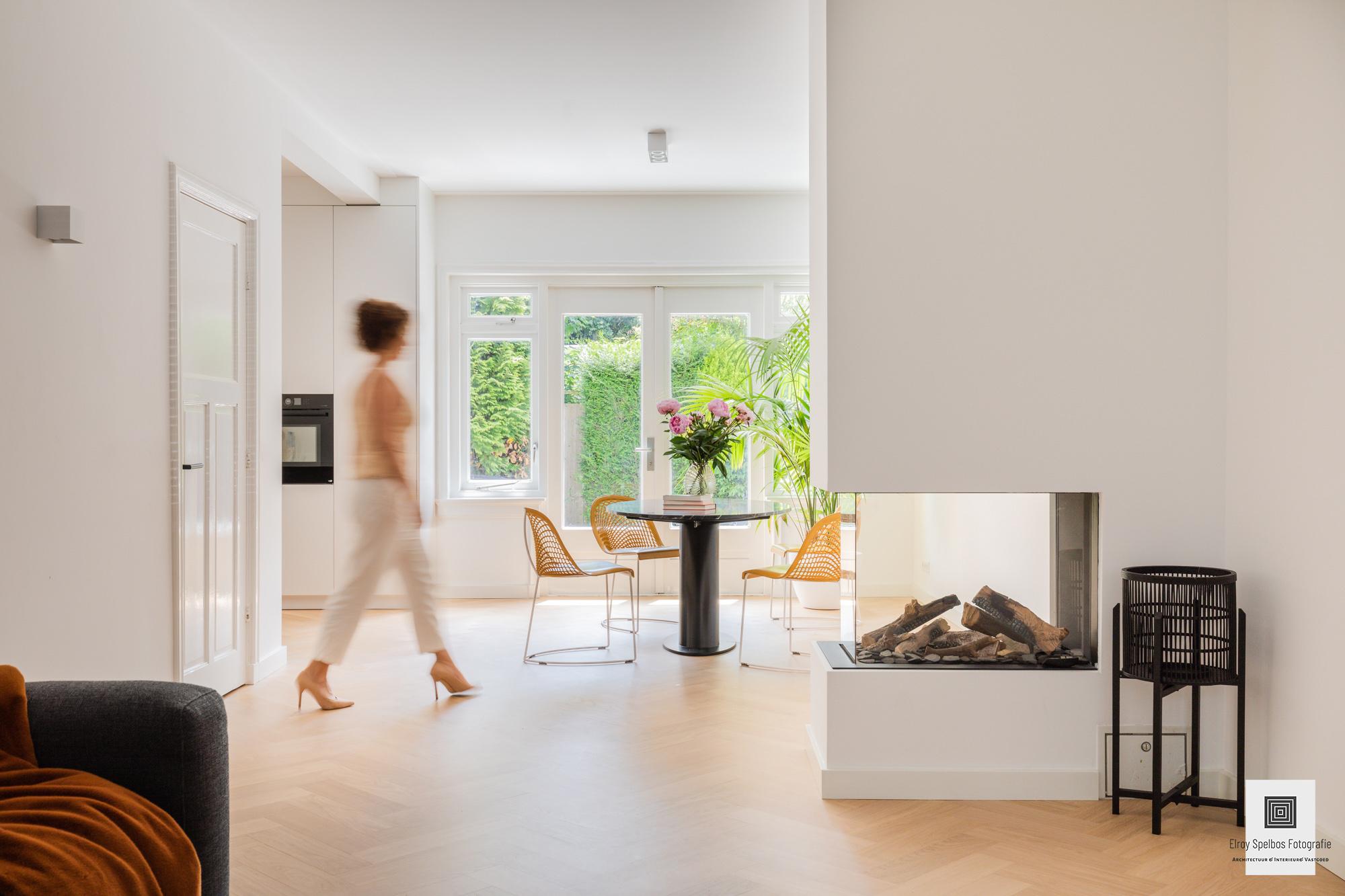 Interieur van woning met persoon in beeld