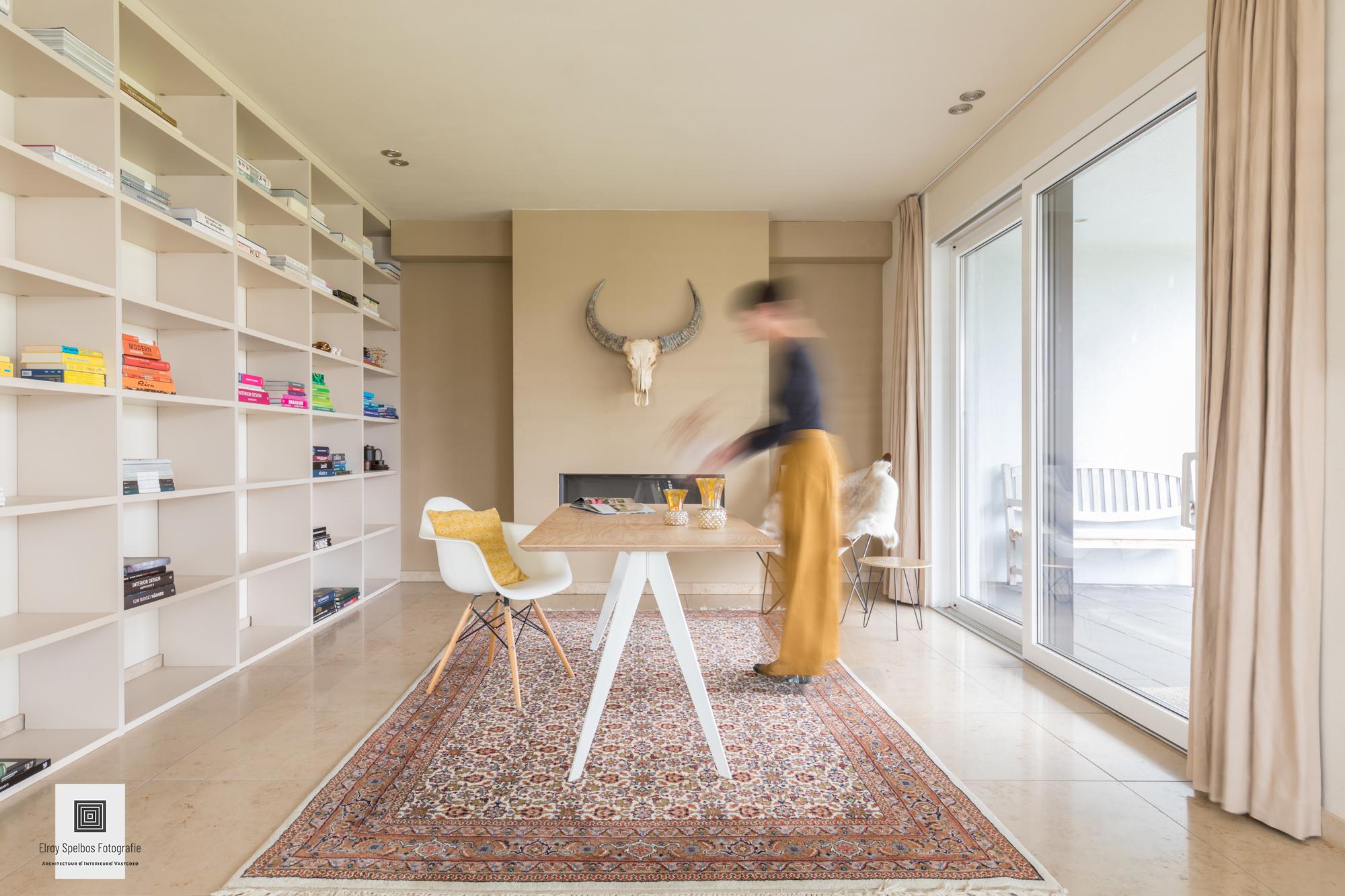 Interieurfoto met vastgoedstyliste in actie