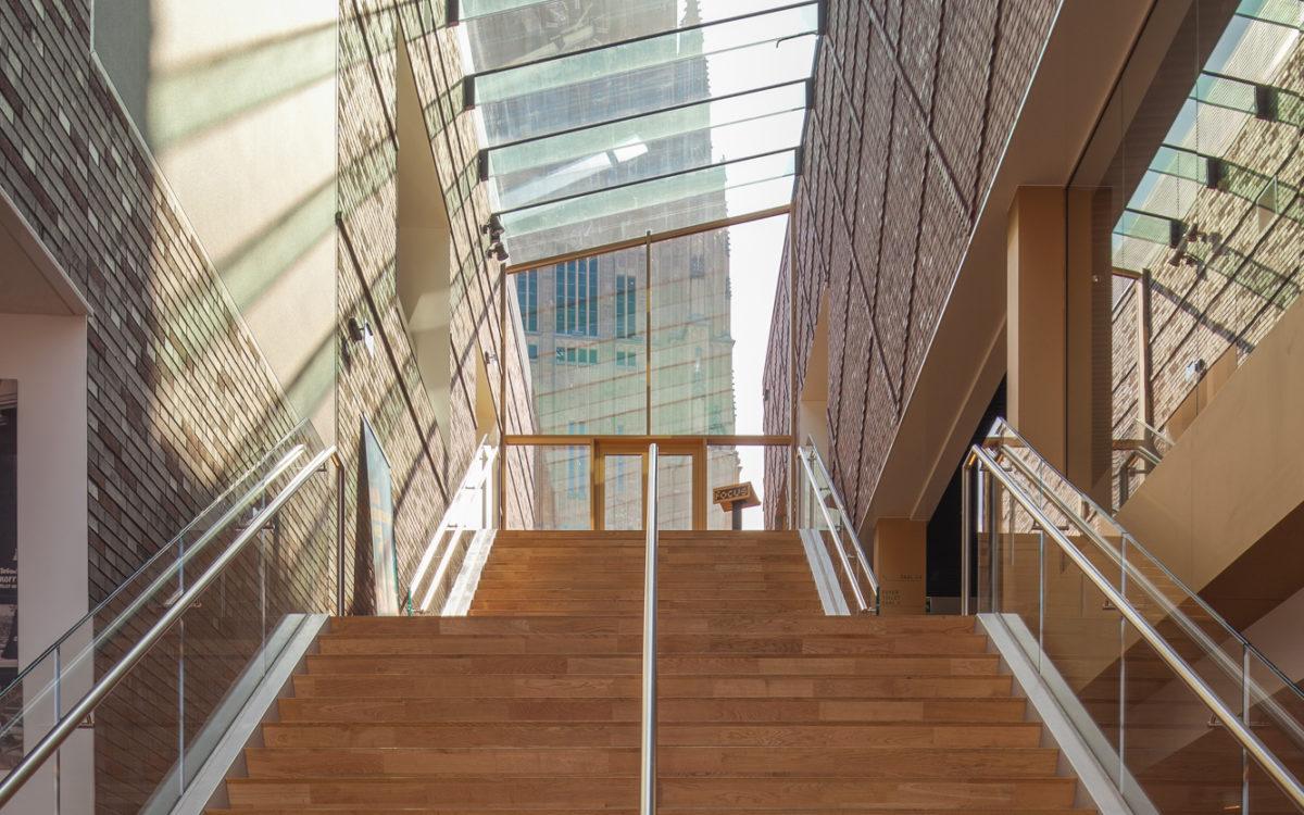 Een trap in het gebouw van focus fimtheater met zicht op de Eusebiustoren