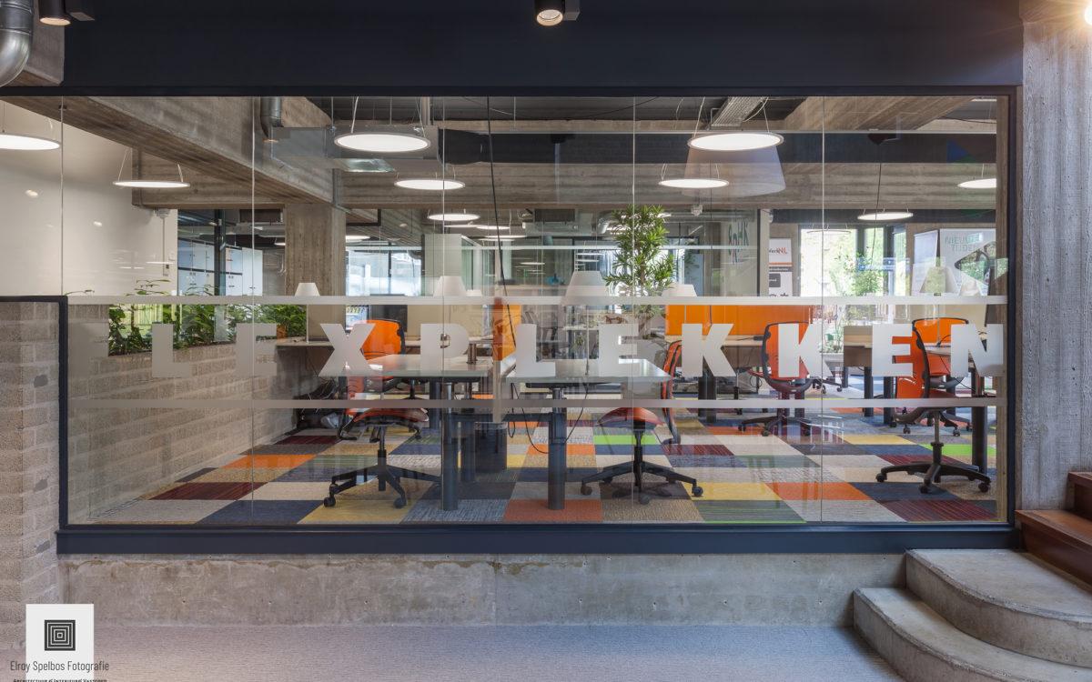 Kantoor werkplekken gefotografeerd door architectuurfotograaf Elroy Spelbos