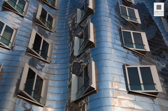Een abstracte architectuurfoto van een Frank Gehry gebouw
