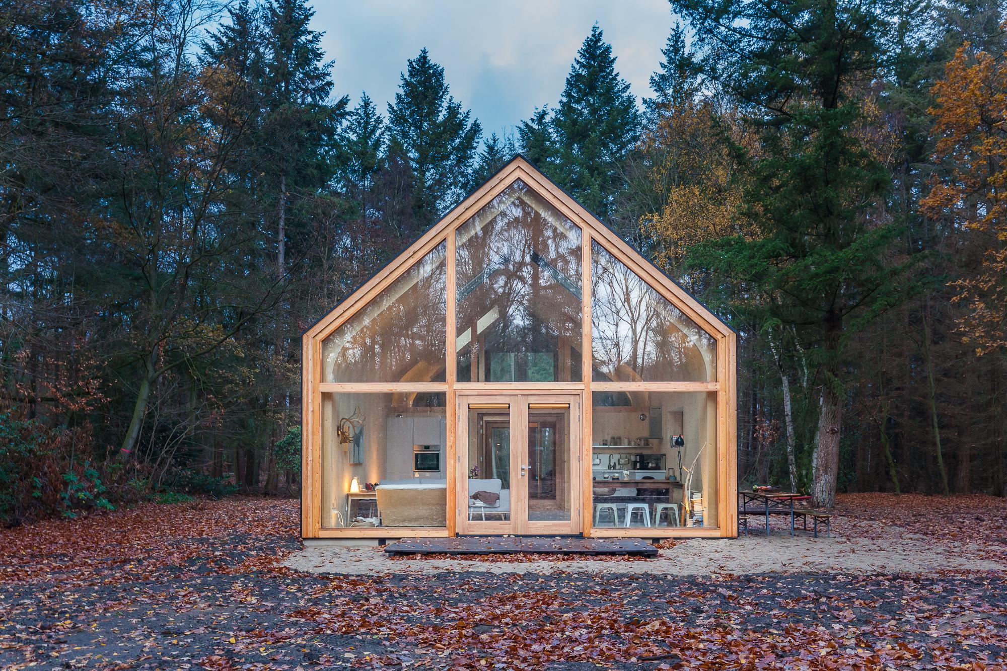 Een houtskeletwoning in het bos, gefotografeerd door architectuurfotograaf Elroy Spelbos