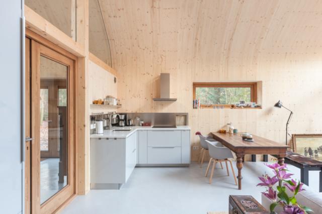 Keuken in een houtskeletwoning met een betonnen vloer.