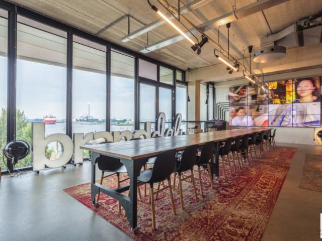 Eettafel met televisiescherm en uitzicht over haven