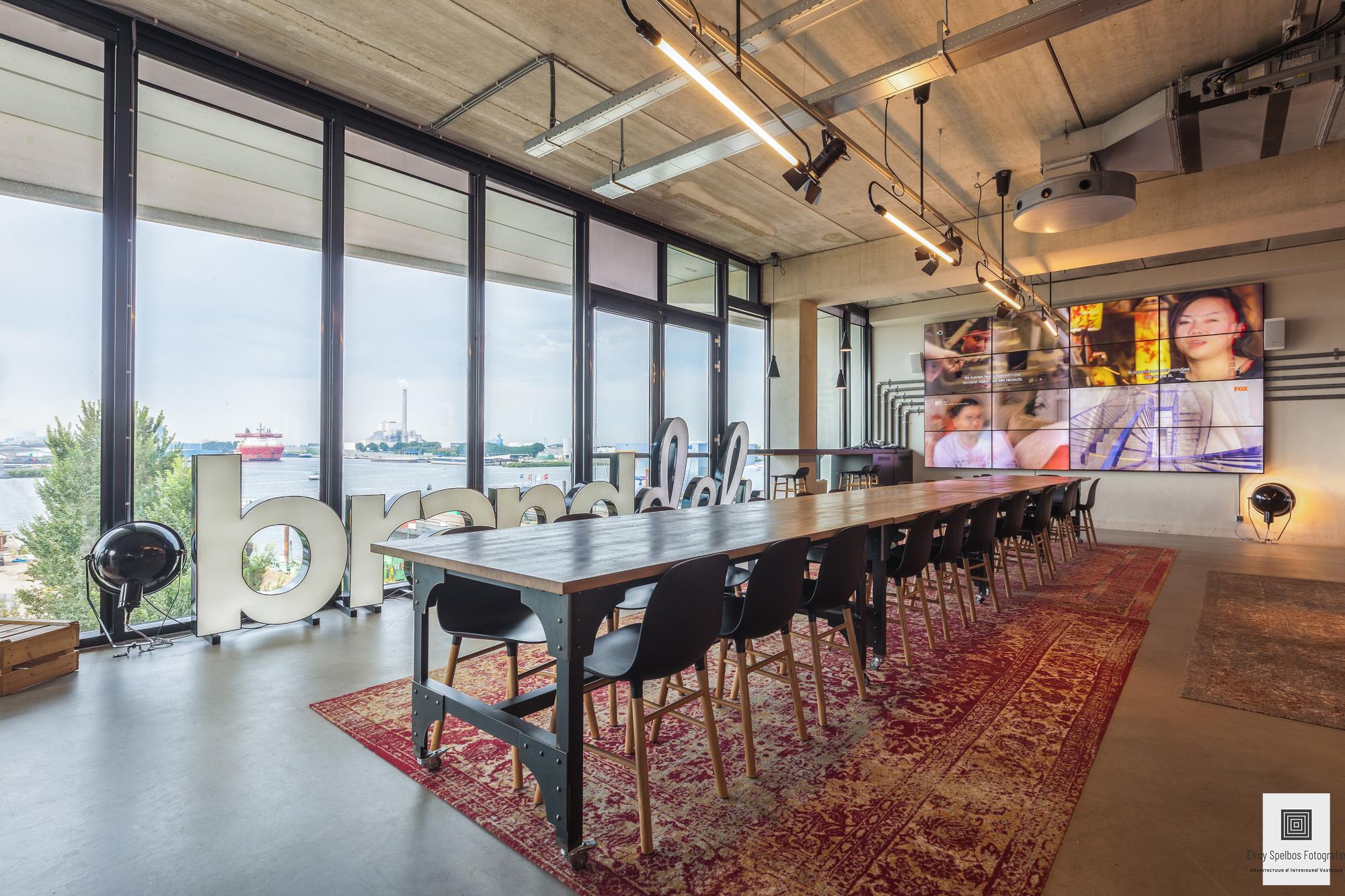 Lange eettafel in het kantoorpand van Branddeli Amsterdam