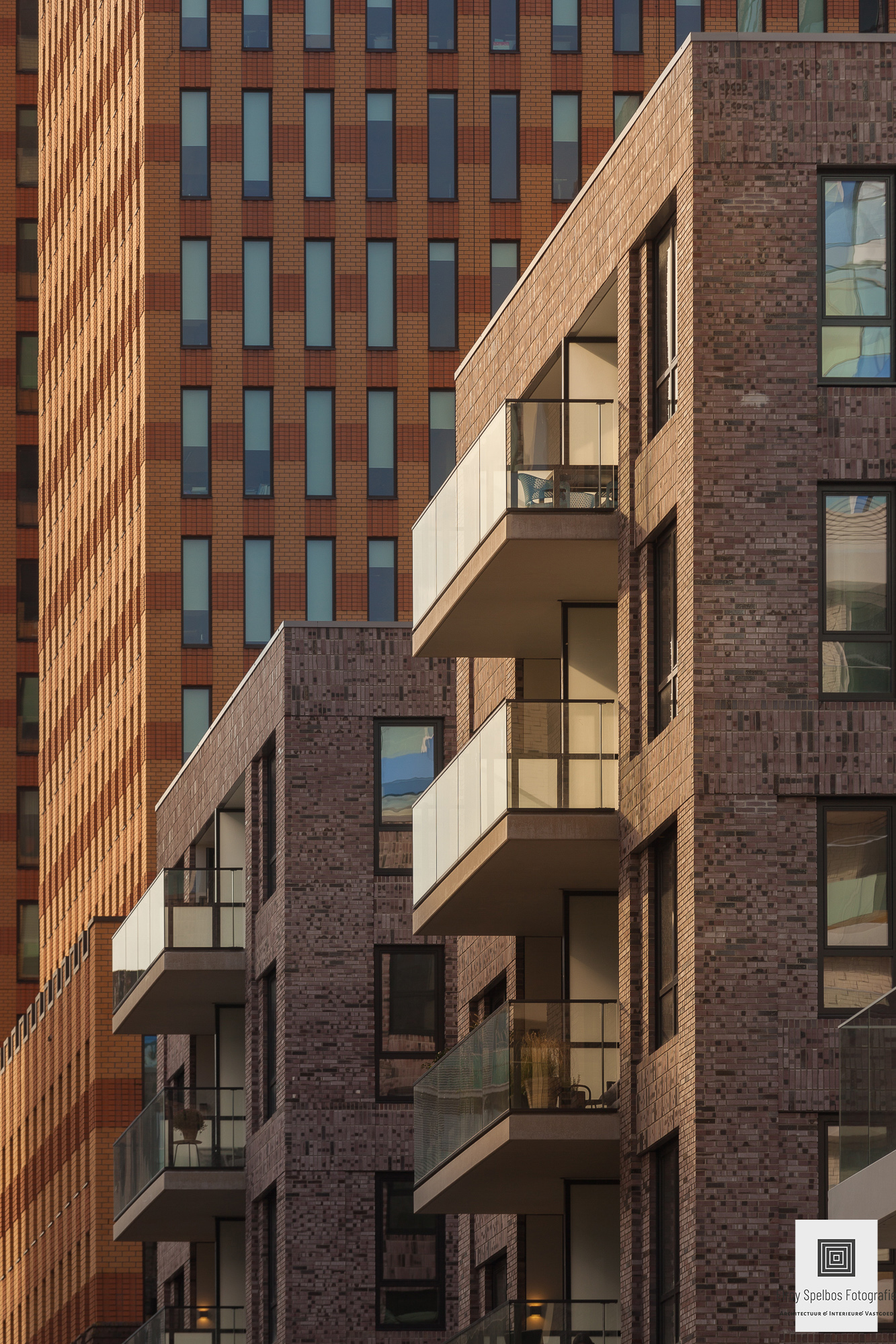 Balkons van een hoog gebouw in het zonlicht