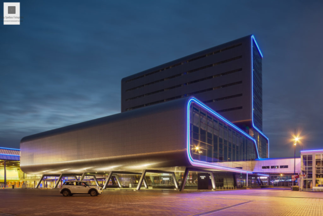 Gebouw van de RAI Amsterdam tijdens de schemering